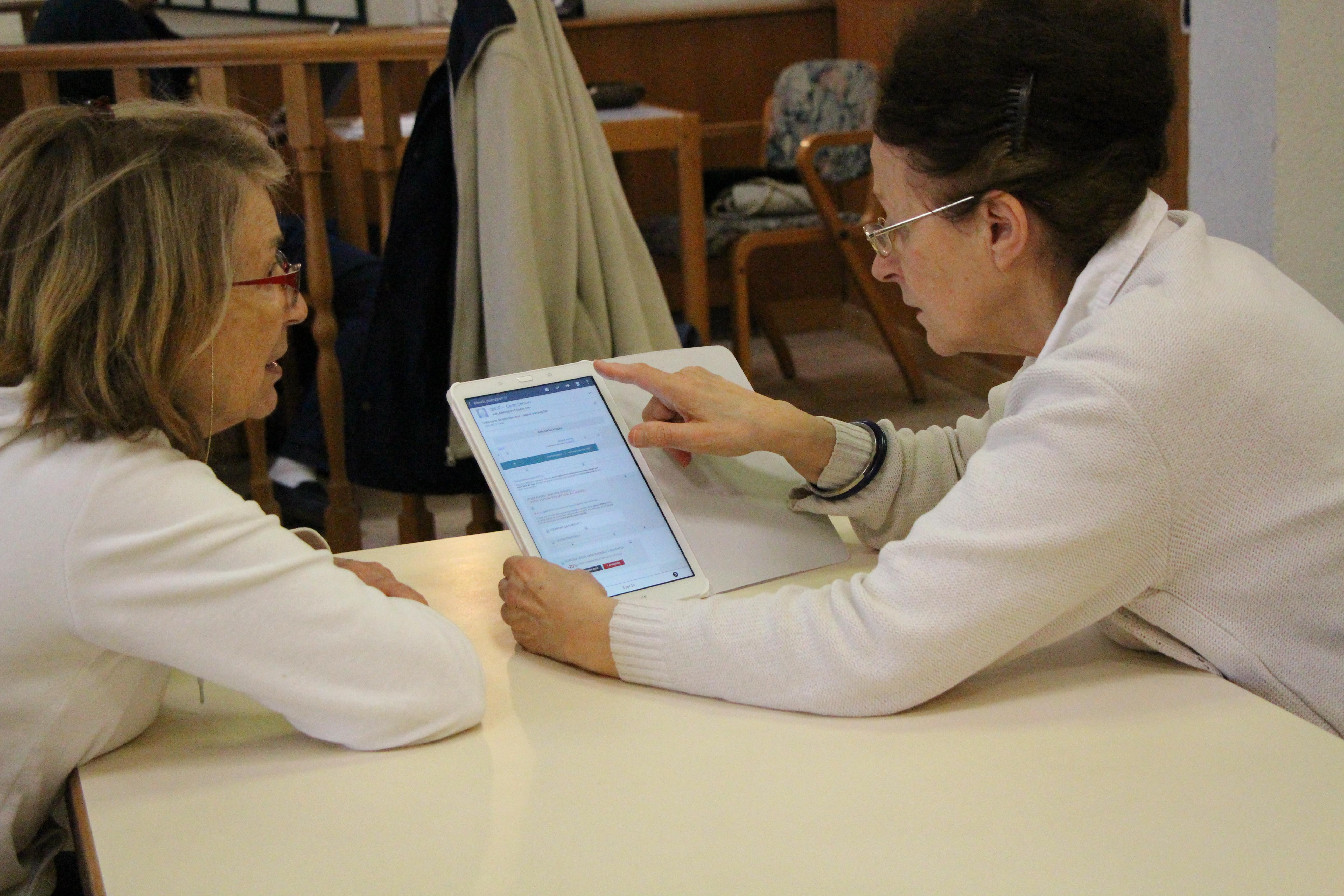 seniors-informatique-atelier-benevole-high-tech-technologie-numerique